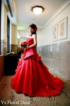 (記事追記しました。)こちらの新婦さんお色直しのブーケです。鮮やかな赤いドレスをお召しになって。マンダリンの廊下のところでのショット。あ、これから再入場の... Red Wedding, Beautiful Dresses, Ball Gowns, Weddings, Bride, Deco, Formal Dresses, Floral, Blog