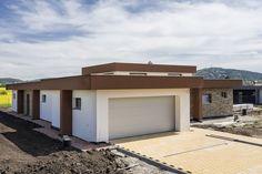 Zaujímavosťou budovy je dvojúrovňové spracovanie stropnej konštrukcie, ktoré v centrálnej časti vytvára vyvýšenú časť. #rodinnydom #stavba #svojpomocne #stavebnymaterial #ytong #zdravebyvanie #vysnivanydom #modernydom #staviamedom #byvanie #rodinnebyvanie #modernydomov #architektura #nezateplenydom #bezzateplenia