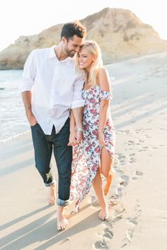 Couple beach photos, romantic pictures of couples, photo couple, romantic b Beach Engagement Photos, Engagement Photo Outfits, Engagement Shoots, Beach Photos Couples, Beach Poses For Couples, Casual Engagement Outfit, Engagement Ideas, Wedding Engagement, Engagement Photo Inspiration