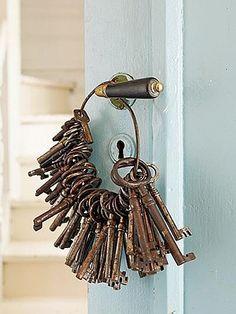 I used to have a key ring like this full of skeleton keys! I miss it. Antique Keys, Vintage Keys, Vintage Love, Antique Hardware, Vintage Vibes, Vintage Stuff, Under Lock And Key, Key Lock, Knobs And Knockers