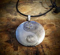 Jin&Jang -koru syntyi tilaustyönä.  #jinjajang #uniikkikoru #hopeakoru #tilaustyö #jinandjang #uniquejewelry #silverjewelry #maketoorder #finnishdesign #koruseppä #anuek #anuekdesign #kerava