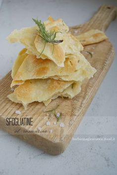 puff pastry with rosemary Focaccia Pizza, Gourmet Recipes, Cooking Recipes, Savoury Biscuits, Vol Au Vent, Cooking Bread, Appetisers, Healthy Cooking, Finger Foods