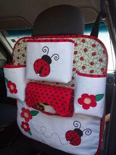 Perfeito para organizar as coisas das crianças no carro, tudo ao alcance dos pequenos,pois vai preso na parte de trás do banco. <br>O organizador possui um bolso grande porta guloseimas ou brinquedos, dois bolsos para garrafas de água ou mamadeira, porta caixa lenço de papel e um bolso com zíper para guardar livros, uma mudinha de roupa.... em fim o que precisar. <br>Alças ajustáveis para qualquer tipo de carro, confeccionado em tecidos 100% algodão e manta acrílica. Bordado à mão. Sewing Hacks, Sewing Crafts, Sewing Projects, Car Seat Organizer, Crochet Car, Car Accessories Diy, Reading Pillow, Neck Pillow Travel, Simple Bags