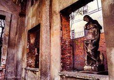 Uno dei luoghi che più amiamo: via Sant'Agnese Foto di Sergey Bykov #milanodavedere Milano da Vedere