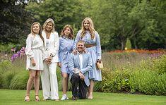 Fotosessie koninklijk gezin zomer 2020 - Blauw Bloed Dutch Princess, Dutch Queen, Palace, Royal Family Pictures, Queen Rania, Green Gown, Dutch Royalty, Column Dress, Royals
