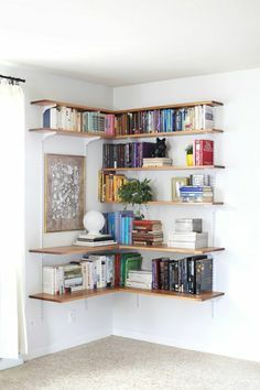 etagere en bois d'angle, étagère murale, mur blanc, livres, étagère design ikea