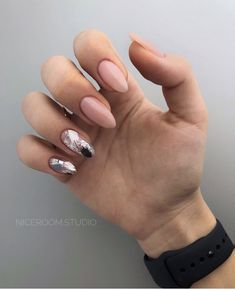 The advantage of the gel is that it allows you to enjoy your French manicure for a long time. There are four different ways to make a French manicure on gel nails. Design Ongles Courts, Gel Nails At Home, Pedicure Designs, Short Nail Designs, Nail Polish Designs, Stylish Nails, Perfect Nails, Manicure And Pedicure, Natural Nails