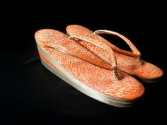 Zori, las sandalias comodas,  de cuña o planas,  hechas de tela de  seda de brocado. La mayoria de las japonesas las utilizan con el kimono o la yukata tradicionales.