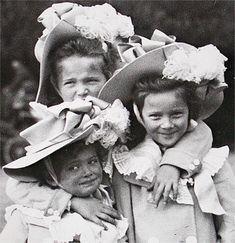 Grã-duquesas Marie, Olga e Tatiana Nikolaevna da Russia, em cerca de 1903.