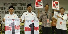 Pasangan capres dan cawapres, Prabowo Subianto-Hatta Rajasa dan Jokowi-JK menunjukkan nomor urut saat acara pengundian dan penetapan nomor urut untuk pemilihan presiden Juli mendatang di kantor KPU, Jakarta Pusat, Minggu (1/6/2014). Pada pengundian ini, pasangan Prabowo-Hatta mendapatkan nomor urut satu sedangkan Jokowi-JK nomor urut dua. (TRIBUNNEWS/HERUDIN)