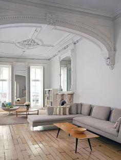 Korkea katto ja klassisia huonekaluja
