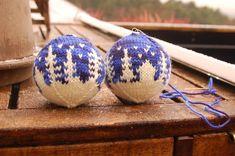 Jeg strikket 8 julekuler til jul i år.     Seks av åtte kuler.  Fra toppen; Egendesignet mønster, mønster fra yarnjungle, Dovre fra Arne og ...