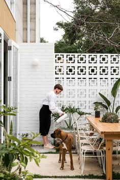 The Design Files Daily - Eco House Western Australia Hygge, Outdoor Spaces, Outdoor Living, Breeze Block Wall, Table Teck, Recycled Brick, Turbulence Deco, Eco Friendly House, The Design Files