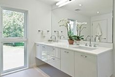 In modern homes across the world, all white bathroom designs are becoming increasingly popular. Whether the space is small or large, a white design can hel Small White Bathrooms, Modern White Bathroom, White Bathroom Decor, White Vanity Bathroom, Bathroom Interior, Small Bathroom, Master Bathroom, Modern Vanity, Gold Bathroom