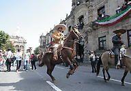 Desfilan charros por calles de Guadalajara