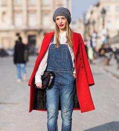 Casacos para usar com macacão. Look macacão longo e casaco vermelho.