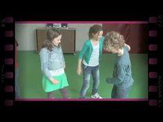 http://www.dramaonline.nl De leerlingen worden verdeeld in groepjes van 3 à 4 personen. Eén van de leerlingen van elk groepje is een standbeeld, de anderen z...