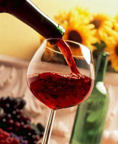 Hacemos un repaso de los beneficios que obtienes al consumir una copa de vino tinto durante la cena.