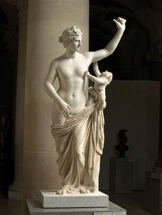 Venus y Cupido, romano, primera del siglo siglo AD-segundo dC, mármol.  Adquirido de Roma en 1630, este Esta estatua de mármol de 1,74 metros una vez estuvo en una entrada del nicho del patio lateral del castillo de Richelieu.  Restauraciones en que se llevaron a cabo a principios del siglo 17, que se cree por D'Alessandro L'Algard .: