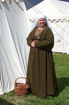 "15th C. Burgundian ""field garb."" Brown linen kirtle under green wool gown. Taken at SCA March Crown, c.2003"