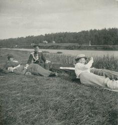 Grand Duchesses Marie Nikolaevna e Anastasia Nikolaevna com um officer e Condessa Anastasia Hendrikova, relaxando na grama próximo ao River Dnieper, em 1916.