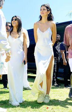 Kourtney Kardashian et Kendall Jenner au service Coachella de Kanye West Kourtney Kardashian, Kardashian Kollection, Robert Kardashian Jr, Kris Jenner, Looks Kylie Jenner, Jenner Hair, Kendall Jenner Coachella, Kendall Jenner Makeup, Kylie Jenner Outfits