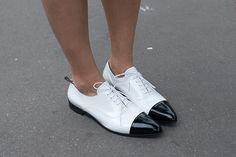 #StreetStyle Him & she. El look masculino y femenino en un duelo de estilo. ¿Cuál es el tuyo? http://www.vogue.mx/articulos/moda-en-la-calle-street-style-pumps-versus-oxfords-estilo-femenino-contra-masculino-accesorios-zapatos/2786