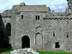Weobley Castle built by the de la Bere family, dates from the 14th century. Attacked by Owain Glyndwr in about 1403 the castle was badly damaged but soon repaired. It was used as a farmhouse from the 17th century onwards until in 1911 it was placed in the care of the State.