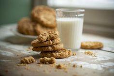 Maapähkinävoikeksit ovat helppoja ja todella herkullisia Glass Of Milk, Cookies, Baking, Desserts, Food, Crack Crackers, Tailgate Desserts, Deserts, Biscuits