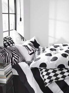 Kuvioita voi yhdistellä rohkeasti värimaailman ollessa selkeä. #etuovisisustus #makuuhuone #ellos