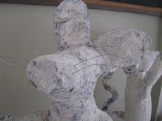 detail muizen met een menselijk trekje: opgebouwd uit proppen krantenpapier en dan met houtpulp en acrylverf bewerkt.  Op een sokkel gezet indien nodig Reinhilde Debruyne