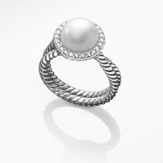 Recognize her friendship with a creation of rare beauty from the Pearl Crossover collection.