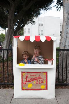 Cardboard Lemonade Stand DIY / Se fabriquer un stand de limonade Kids Crafts, Summer Crafts, Summer Fun, Craft Projects, Art Crafts, Craft Ideas, Cardboard Kids, Cardboard Crafts, Cardboard Boxes
