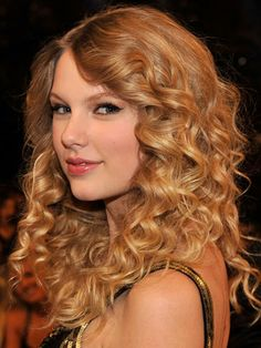 Taylor Swift's ringlets are super-shiny -- wish we knew her frizz-fighting secret!