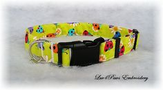 "Colorful Ladybugs and Daisies on a lime green background make this adjustable collar so cute! Small charm included. Made with prewashed quality cotton fabric, heavy weight interfacing and durable contoured nylon acetate buckle. *Collar shown is 1"" inch width so pattern will show differently on other width sizes.  This is for the Collar only. The matching Leash is shown in the photo above and is available here: https://www.etsy.com/listing/218717495/ladybugs-and-daisies-dog-leash by…"