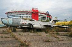 El Yakolev Yak-25M Flashlight-A fue un caza de intercepción y reconocimiento utilizado por la Fuerza Aérea Soviética entre 1955 y 1970. En la imagen, uno de estos cazas abandonado en el Aeródromo Khodynka, a las afueras de Moscú (Rusia). | Alan Wilson / FlirK