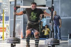 Vegan strongman shoulders and carries a record 550 kg