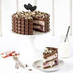 Torte mit kinder Schokolade und Beeren