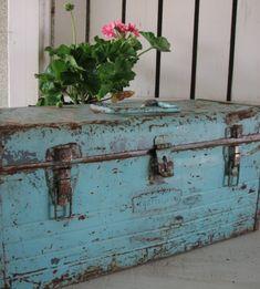La vie en rose Wooden Boxes, Wooden Chest, Wooden Trunks, Old Trunks, Vintage Trunks, Trunks And Chests, Vintage Metal, Old Tool Boxes, Metal Tool Box