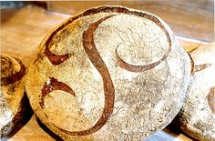 La miche Poilâne est composée de 4 ingrédients : de la farine de blé broyée à la meule de pierre, du sel de Guérande, du levain et de l'eau. C'est un pain rond, à la croûte épaisse (car il est cuit au feu de bois) signée du P de Poilâne. Sa mie, dense, est de couleur bise ; sa saveur acidulée.