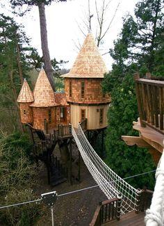 Um mini castelo no ar, com direito até a ponte. Só faltou o rio com crocodilos…