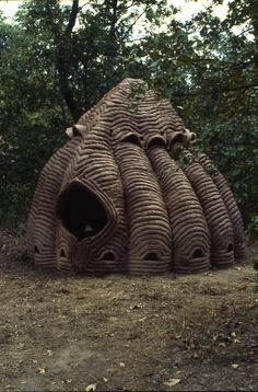 Laurie Spencer, site-specific ceramic dome sculptures built and fired on site. Nature Architecture, Vernacular Architecture, Organic Architecture, Architecture Design, Land Art, Architecture Organique, Unusual Buildings, Unusual Homes, Earth Homes