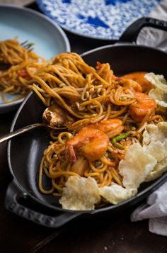 Mie Aceh is spicy noodle dish originated in Aceh region in Indonesia. This is a stir-fried version and slightly saucy with great flavors from spices. Mie Goreng, Cant Stop Eating, Indonesian Cuisine, Asian Recipes, Ethnic Recipes, Asian Noodles, Food Photography Tips, International Recipes, Food And Drink