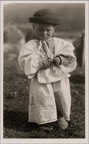 Slovensko na pohľadniciach Karola Plicku II. Traditional Outfits, Garden Sculpture, Retro, Folk Costume, Decoupage, Bucket, Makeup, Google, Beauty