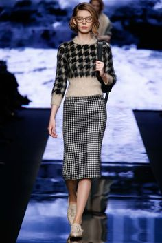 Max Mara - Fall 2015 Ready-to-Wear -#houndstooth url=http://www.style.com/slideshows/fashion-shows/fall-2015-ready-to-wear/max-mara/collection/10