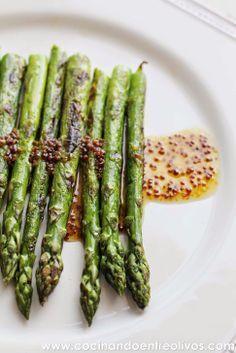 Espárragos verdes a la plancha con vinagreta de mostaza, miel y aove.