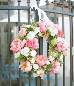Decorate your home, reception, church with these gorgeous wedding wreath tutorial ideas. #wedding #flowers #wreath