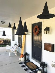 Inspiration Monday Party - Inspiration For Moms - Halloween front porch. These Halloween decor ideas are classi - Deco Haloween, Halloween Chic, Halloween Veranda, Theme Halloween, Halloween Tags, Diy Halloween Decorations, Holidays Halloween, Halloween Crafts, Halloween Mantel