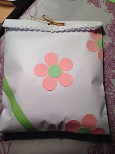 Bolsa, hecha con folio, decorada.