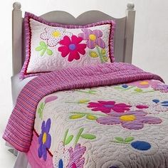 The Quilt Patchwork garden flowers is a relatively easy job to learn and that has a beautiful effect and a touch of very charm! You can lear. Colchas Quilting, Quilting Designs, Designer Bed Sheets, Kids Bedding Sets, Patchwork Baby, Flower Quilts, Quilt Baby, Girls Quilts, Applique Quilts